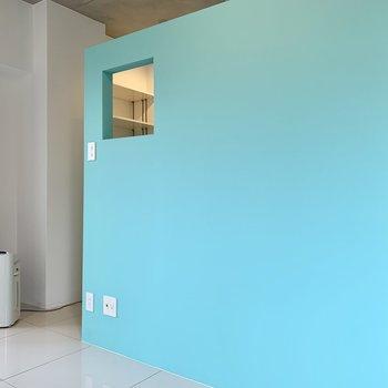 壁の向こう側が寝室。ちなみに特典で、空気清浄機はご使用頂けますっ!