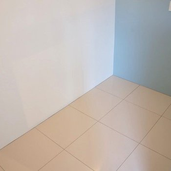 寝室は、ダブルサイズのベッドがちょうど入るぐらいのサイズ感 ※写真は同間取り別部屋の401号室