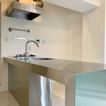 光沢感が素晴らしいステンレス製のキッチン、2口のガスコンロです!