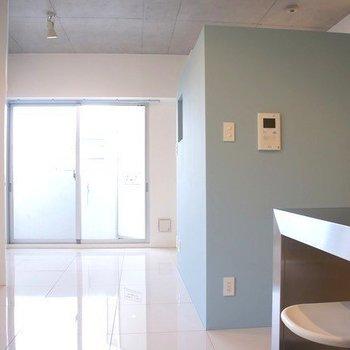 スカイブルーのような色味の壁面も、爽やかで素敵ですね◎ ※写真は同間取り別部屋の401号室