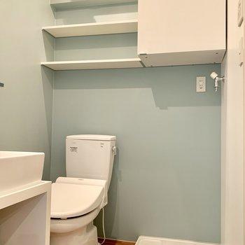 トイレ上部にも棚があるので使い勝手良し