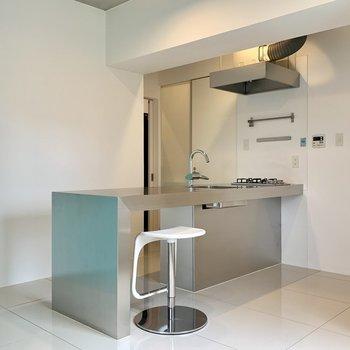 キッチンでは手前側に立って調理するスタイルです