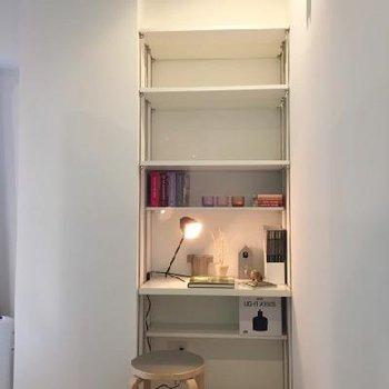 寝室】隅っこが可動棚収納兼ミニデスク。パソコンや20インチくらいのテレビも置けて、色々と駆使できそうです! ※写真は別部屋のイメージルーム