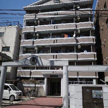 しっかりたした門構えのマンション。