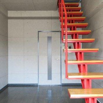 真っ赤な階段がアクセントに。