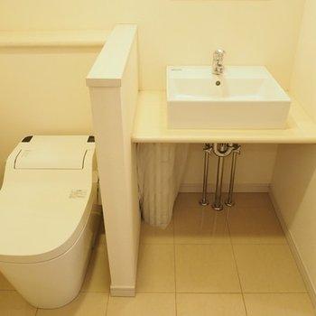 トイレと洗面台の間に区切りがあるのがいいですね