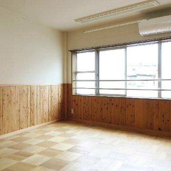 市松模様のような床の張り方がいい感じですね。