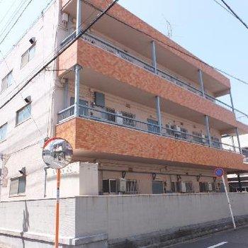 3階建ての鉄骨造マンションです。