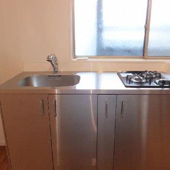 ステンレスのキッチン。900mmほどあって高めです。