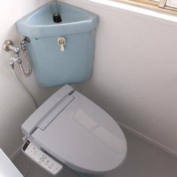 ブルー!なトイレ。明るいです。