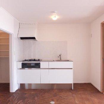 無垢な空間に現代感を出してくるキッチン。