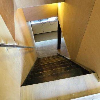 階段は昔ながらの急な造りに。