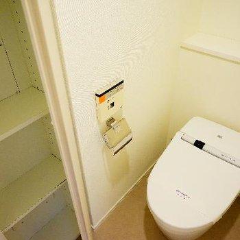 トイレはタンクレスで機能的♪収納も◎