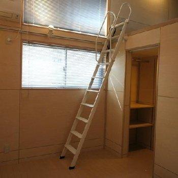 温かみのある暖色系の室内※写真は別のお部屋です