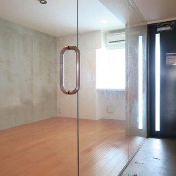 こちらの洋室はガラス張りにガラスの扉!!!