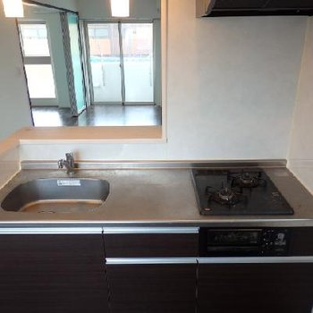 対面式のキッチン。調理スペースが広くて良いですね!