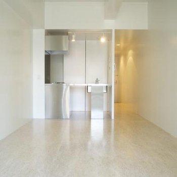 スッキリ白いお部屋。天井高いです