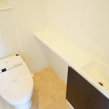 トイレも高機能で棚が◎