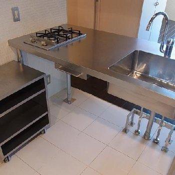 ステンレスのシステムキッチン ※写真は別部屋です。