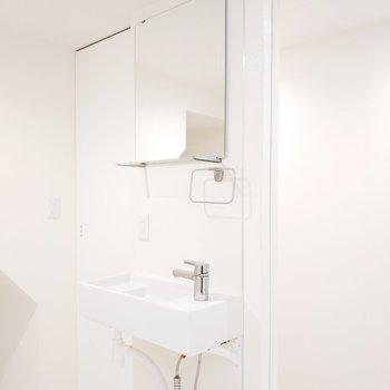洗面台もシンプルモダンに。