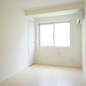2階の居室。窓と収納も◎