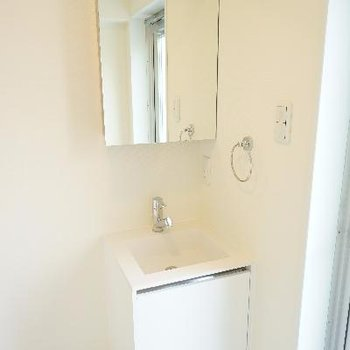 洗面台はコンパクトで可愛い。※写真は前回募集時のものです