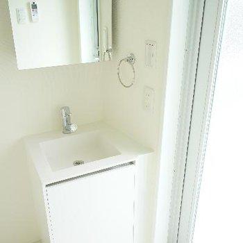 洗面台はコンパクトで可愛い。