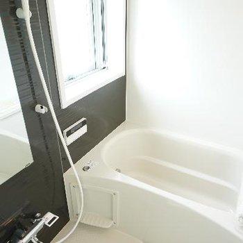 お風呂には大きな窓が!もちろん高機能!