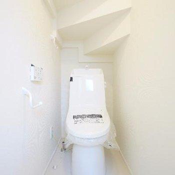 トイレは高機能で、天井が変わってますね。