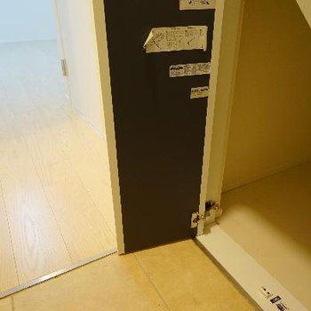玄関横に小さな収納スペースが!