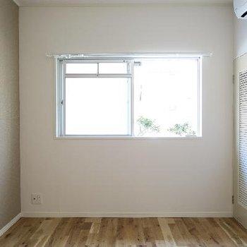 こちらは手前のひと部屋、収納もあります!