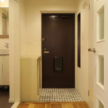 玄関は白いタイルが可愛らしい。