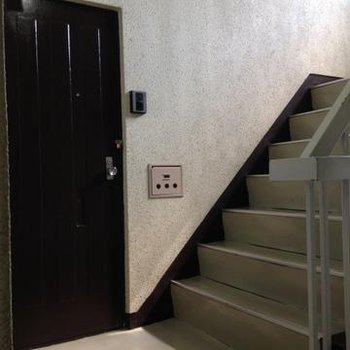 階段の踊り場に玄関があります。