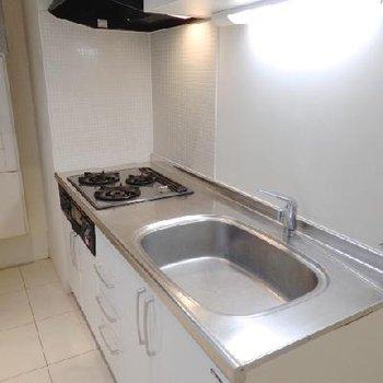キッチンは広々3口ガスコンロ。