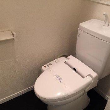 ウォシュレット付きです。脱衣所とトイレは仕切りがありません。
