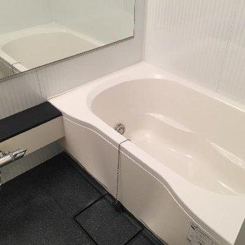 ゆったり入れる大きなお風呂です。しっかり棚もついています。