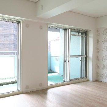 大きな窓で明るい空間に。