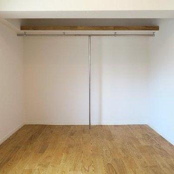 寝室の収納は1.5帖のオープンクローゼットタイプ。