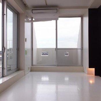 窓からの光が床に反射してより開放的な空間に。 ※写真は別部屋