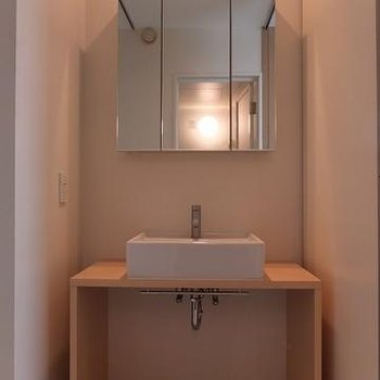 あたたかみのある洗面台。 ※写真は別部屋