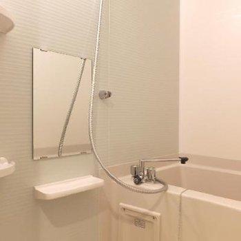 お風呂には棚がたくさんあって便利。