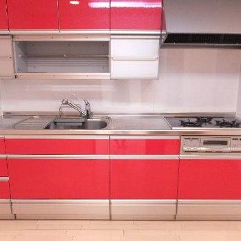 赤のキッチン!4.5帖の空間にあります。大きいなあ。