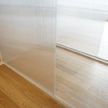 部屋の奥にスライドさせていけます。※写真は別室