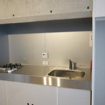 キッチンはガス2口でシンプルだけどいい感じ。※写真は別室