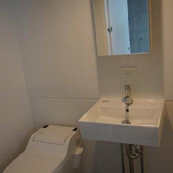 タンクレストイレとおしゃれな洗面台※写真は別室