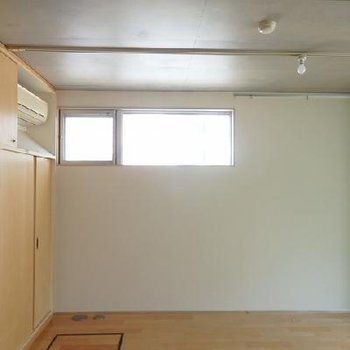 この高い位置にある窓が光を取り込みます!※写真は別室