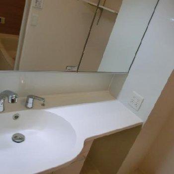 右側のスペースが嬉しいですね〜歯ブラシとか並べられちゃいます!