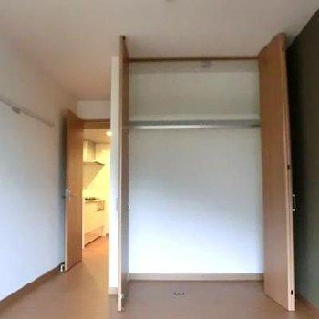 7.6帖の洋室の収納。一人分の収納には十分!