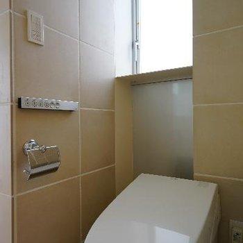 トイレはシュッと窓が○