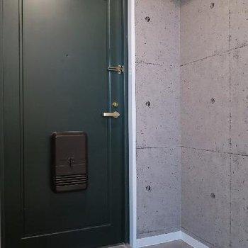玄関は深い緑。※写真は前回募集時のもの